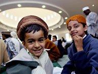 Дети во время молитвы в мечети в Лондоне