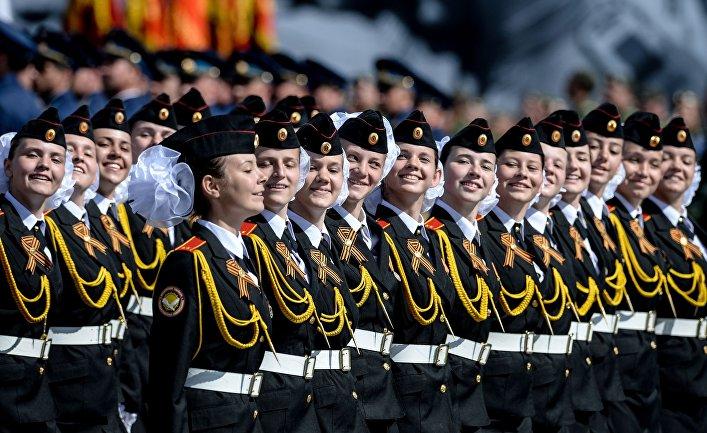 Воспитанницы кадетской школы во время Парада Победы на Красной площади