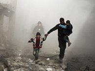 Жители сирийского города Джисрин в Восточной Гуте спасаются от авиаударов