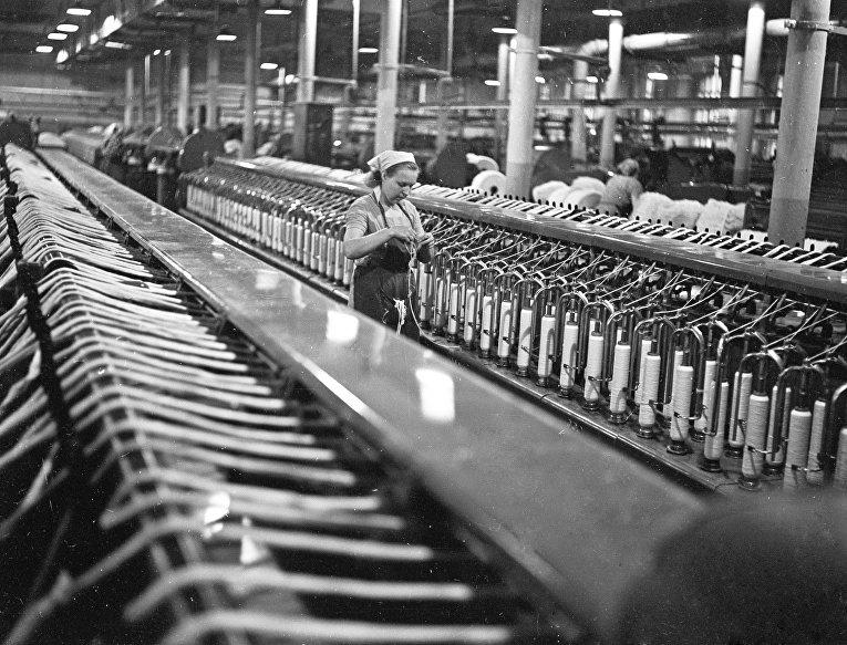 В ровничном цехе текстильного комбината «Красный Перекоп»