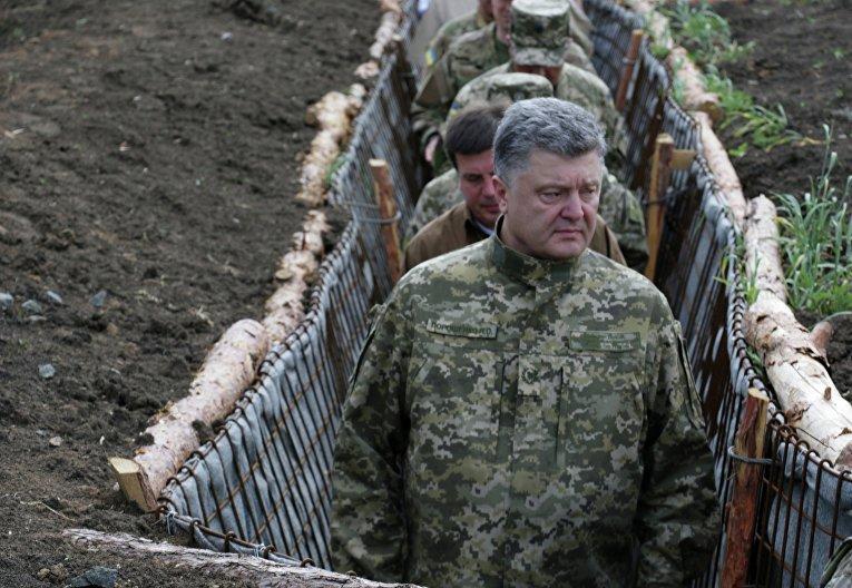 Президент Украины Петр Порошенко во время поездки в Донбасс