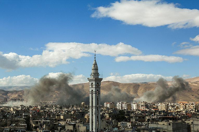 Дым во время домбардировок в городе Дума в районе Восточной Гуты, Сирия