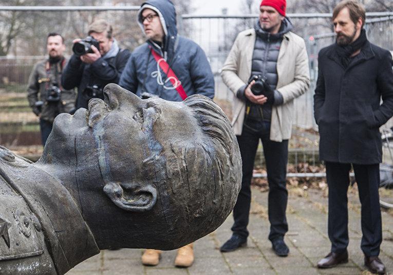 Установка памятника Иосифу Сталину на алее Карла-Маркса в Берлине