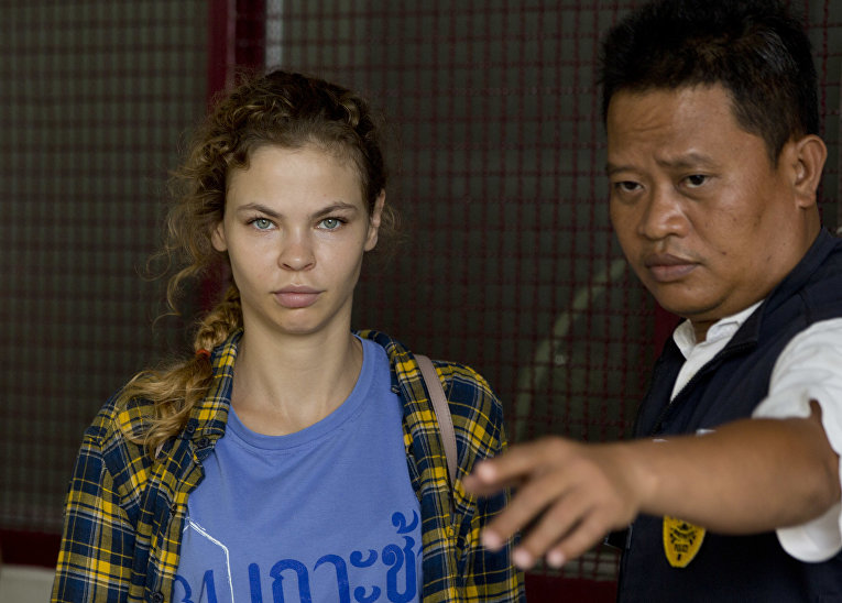 Полицейский сопровождает Анастасию Вашакуевича из центра заключения в Паттайе, Таиланд