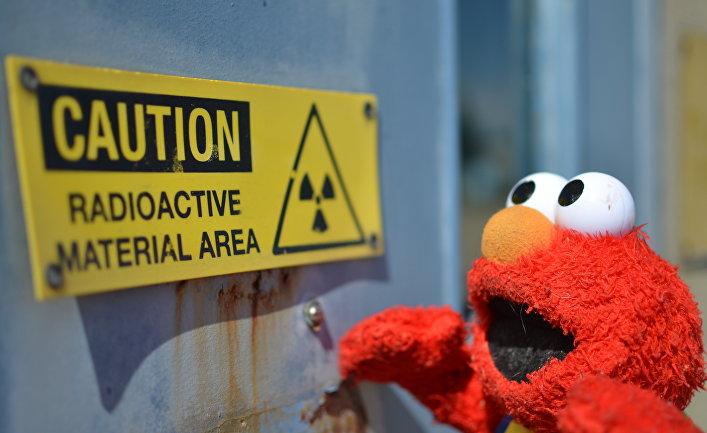 Элмо смотрит на знак радиационной опасности