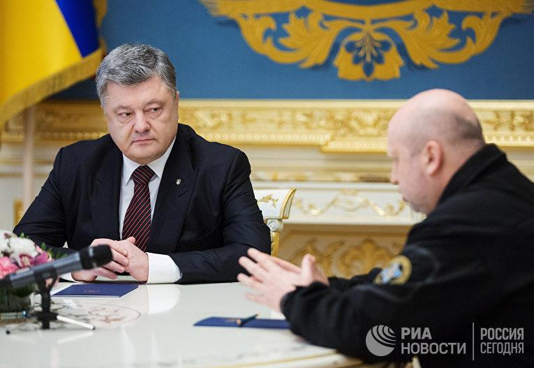 Президент Украины Петр Порошенко и секретарь СНБО Украины Александр Турчинов. 28 апреля 2017