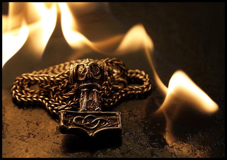 Подвеска, изображающая молот Тора