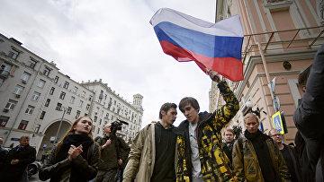 Участники во время несанкционированной акции на Тверской улице в Москве. 7 октября 2017