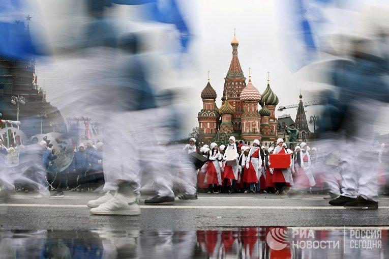 Участники карнавального шествия в Москве в рамках XIX Всемирного фестиваля молодежи и студентов.