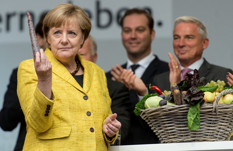 Канцлер ФРГ Ангела Меркель знакомится с фермерской продукцией во Фрайбурге, Германия