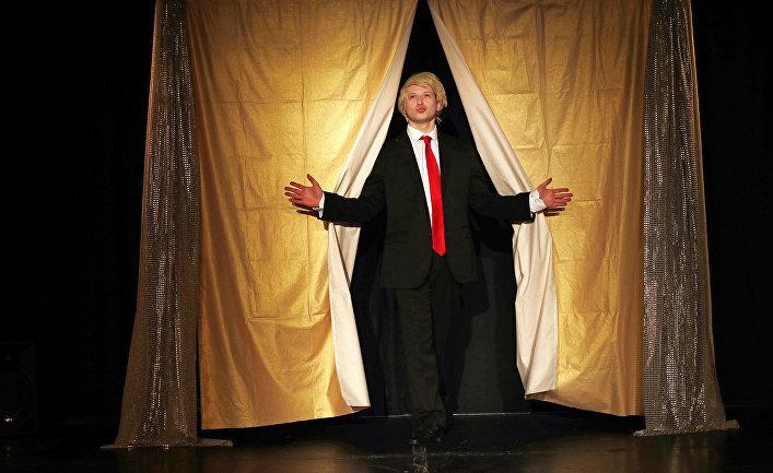 Актер Дэвид Берчхардт в роли президента США Дональда Трампа