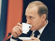 Президент РФ Владимир Путин пьет кофе