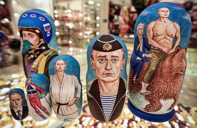 Матрешки, изображающие президента России Владимира Путина в сувенирном магазине