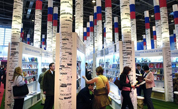 Посетители на российском стенде на Парижской книжной ярмарке