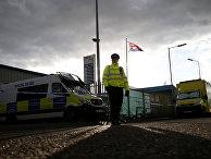 Британский полицейский на автозаправке в Солсбери, где находился автомобиль Сергея Скрипаля перед госпитализацией
