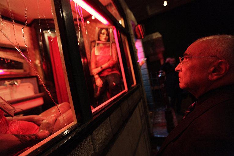 Мужчина смотрит арт-инсталляции в Национальной галерее в Лондоне