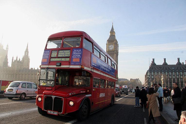 Двухэтажный красный автобус в Лондоне