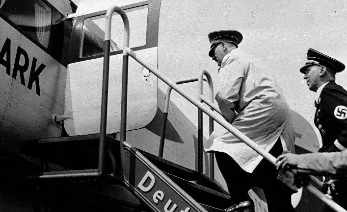 Адольф Гитлер готовится к полету на новом самолете Grenzmarkd в Берлине