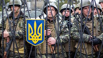 Украинские военные на территории военной базы в селе Перевальное недалеко от Симферополя