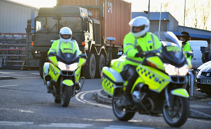 Сотрудники полиции сопровождают грузовик с автомобилем Сергея Скрипаля в Солсбери