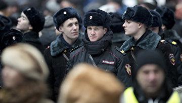 Сотрудники полиции во время митинга в поддержку Владимира Путина
