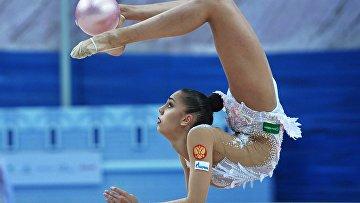 Маргарита Мамун (Россия) выполняет упражнения с мячом в индивидуальном многоборье на этапе Кубка мира по художественной гимнастике в Казани