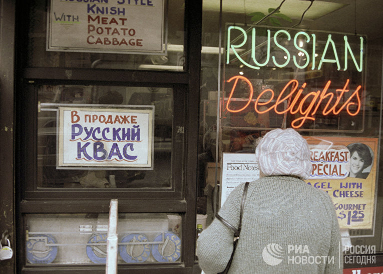 Русская эмигрантка у витрин Брайтона