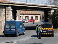 Сотрудники французской полиции блокируют дорогу в Требу