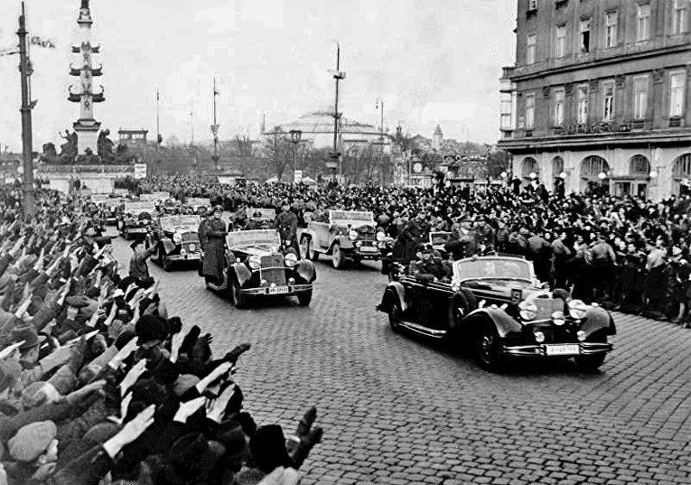 Жители Вены приветствуют Адольфа Гитлера, 1938 год