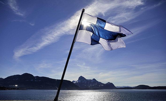 Флаг Финляндии на борту финского ледокола MSV Nordica, Гренландия
