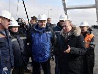 Владимир Путин во время беседы со строителями участка автодорожной части Крымского моста. 14 марта 2018