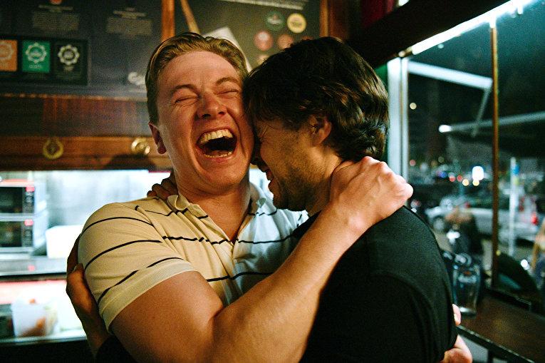 Шведские болельщики празднуют в баре