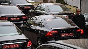 Автомобили у здания МИД РФ во время брифинга по ситуации вокруг отравления в Солсбери экс-полковника ГРУ Сергея Скрипаля
