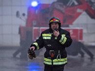 Сотрудник МЧС во время тушения пожара в торговом центре «Зимняя вишня» в Кемерово