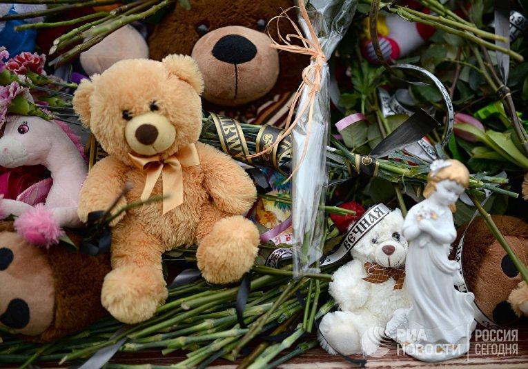 Цветы в память о погибших в ТЦ «Зимняя вишня»