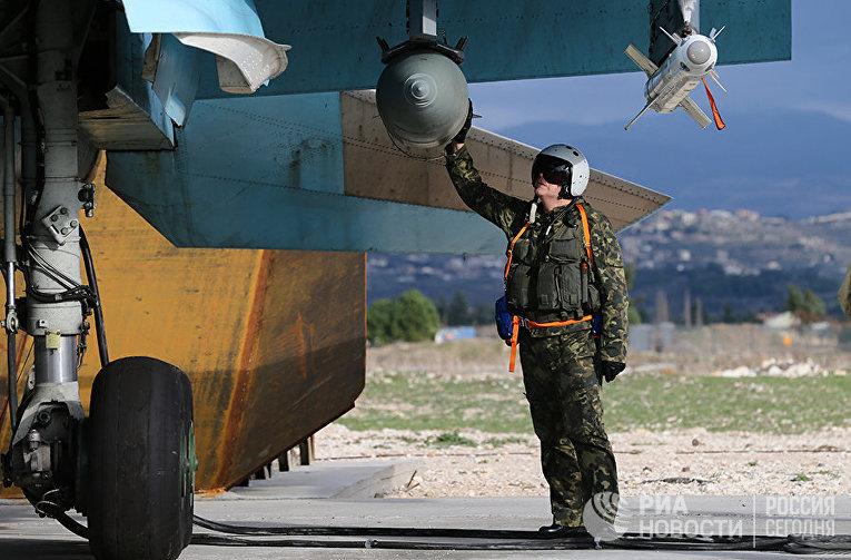 Летчик ВКС РФ на авиабазе Хмеймим в Сирии