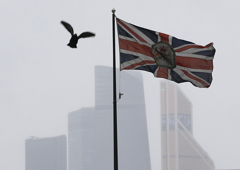 Британский флаг на здании посольства Великобритании в Москве