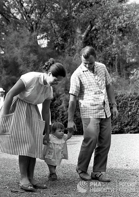Юрий Гагарин с женой Валентиной и дочерью Галочкой