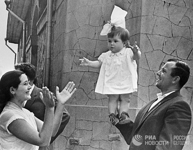 Юрий Гагарин с женой и дочкой на отдыхе в Крыму