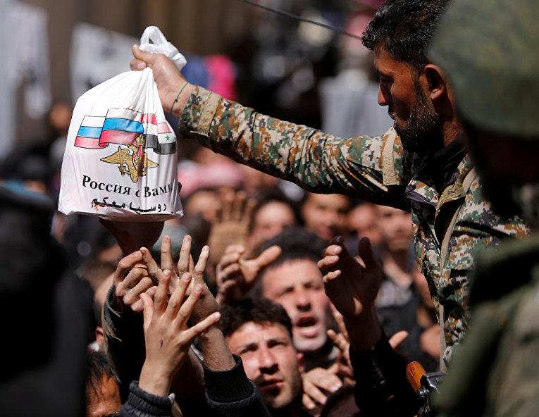Раздача российской гуманитарной помощи жителям Восточной Гуты