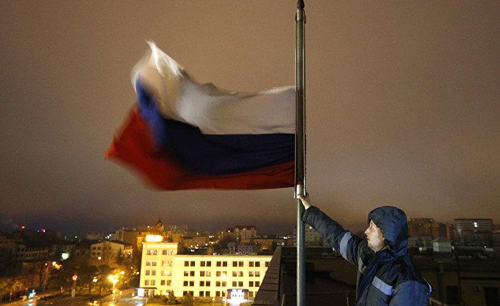 Приспущенный флаг в день траура по жертвам пожара в торговом центре в Кемерово