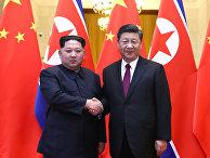 Северокорейский лидер Ким Чен Ын и председатель КНР Си Цзиньпин во время встречи в Пекине