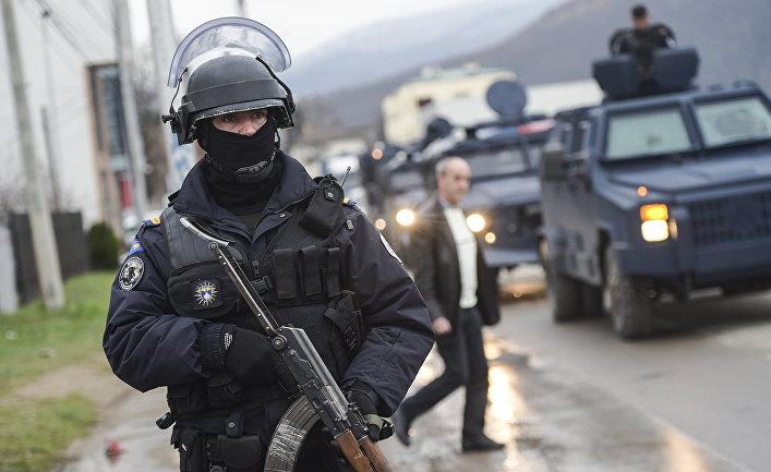 Сотрудники специального подразделения Косовской полиции охраняют автоколонну