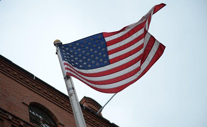 Флаг на фасаде здания генерального консульства США в Екатеринбурге