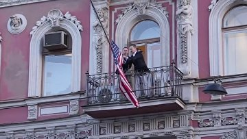 Американский флаг спустить!