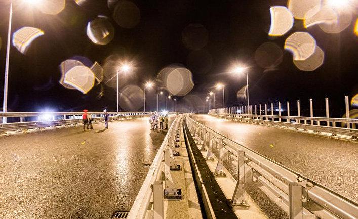 Тестовое включение наружного освещения на Крымском мосту. 2 апреля 2018