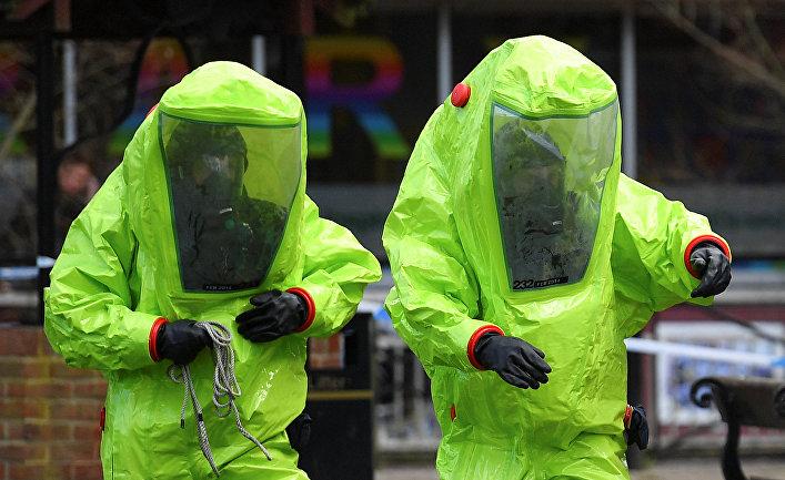 Персонал в костюмах химзащиты во время следственных мероприятий, связанных с отравлением бывшего полковника ГРУ Сергея Скрипаля