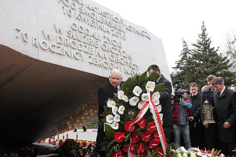 Ярослав Качинский возлагает цвети к мемориалу смоленской катастрофы в варшаве