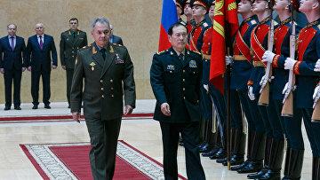 Министр обороны РФ Сергей Шойгу и министр обороны КНР Вэй Фэнхэ во время встречи в Москве