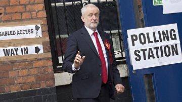 Лидер Лейбористской партии Великобритании Джереми Корбин возле участка для голосования на досрочных парламетских выборах в Лондоне. 8 июня 2017